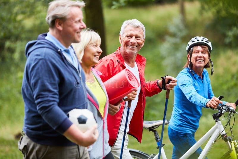 Wesentliche Senioren, wie Freunde Sport tun lizenzfreie stockfotografie