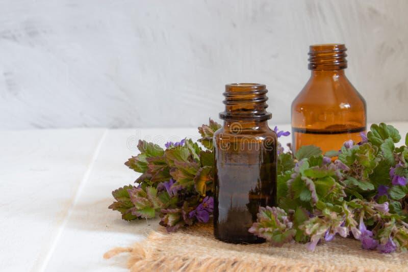 Wesentliches aromatisches ?l mit Blumen auf h?lzernem Hintergrund Selektiver Fokus stockfotos