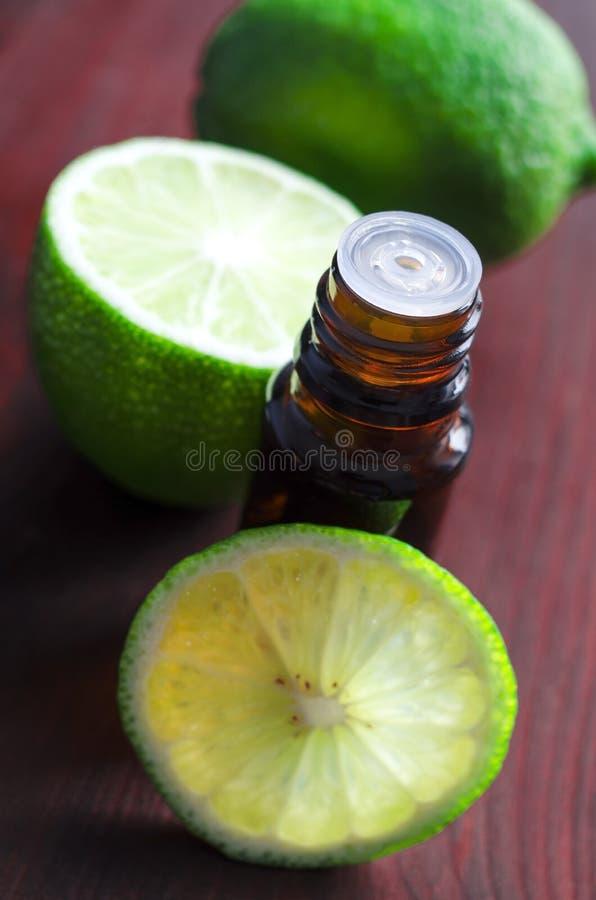 Wesentliches Limettenöl stockfoto