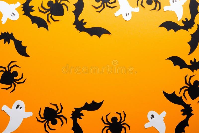 Wesoła koncepcja świąt halloween Rama z dekoracji Halloween, pająków, nietoperzy, duchów na pomarańczowym tle Halloween zdjęcie stock