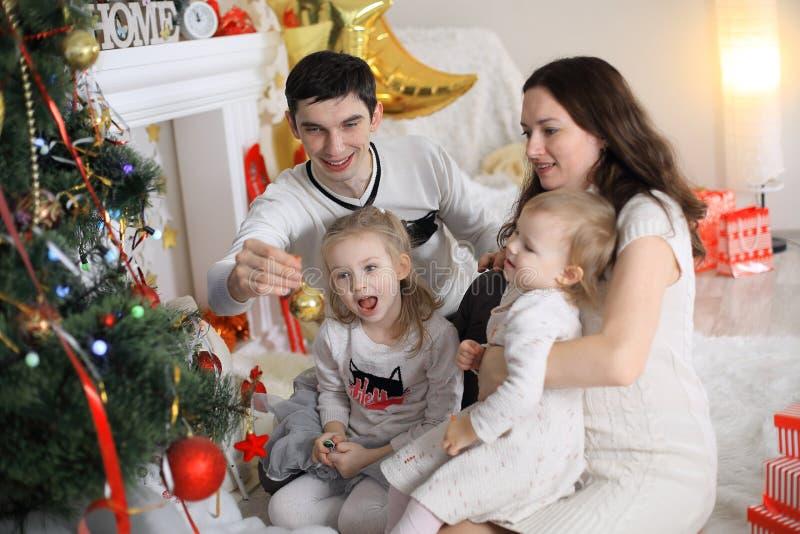 wesoło świętowań boże narodzenia piękna rodzina Bożenarodzeniowi cudy fotografia royalty free