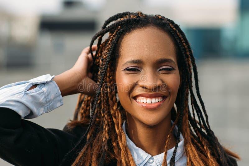 Wesoło amerykanin afrykańskiego pochodzenia kobieta wzorcowy elegancki zdjęcie royalty free