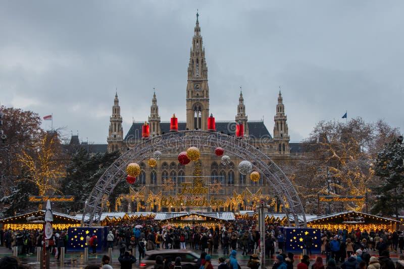 Wesoło boże narodzenia! Frohe Weihnachten! Boże Narodzenia wprowadzać na rynek przy Rathausplatz w Wiedeń, Austria obrazy stock