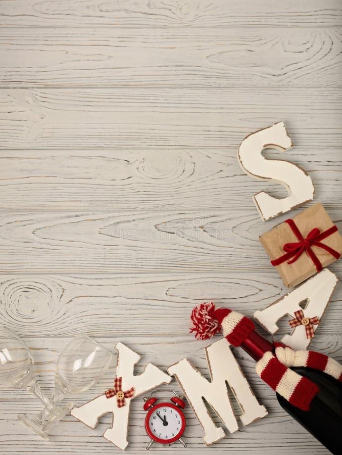 Wesoło boże narodzenia i Szczęśliwy nowy rok! Butelka wino w knitte obrazy stock