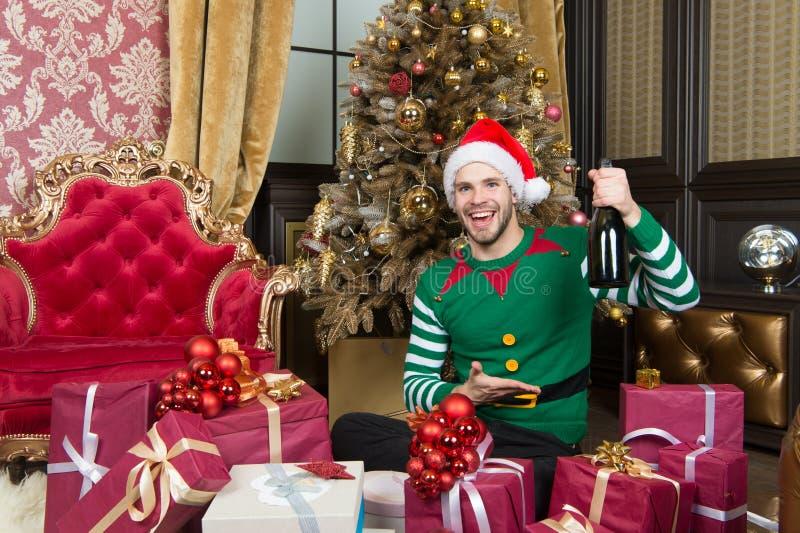 Wesoło boże narodzenia i Szczęśliwy nowy rok Mężczyzna w Santa chwyta nowego roku kapeluszowych teraźniejszość Szczęśliwy mężczyz fotografia stock