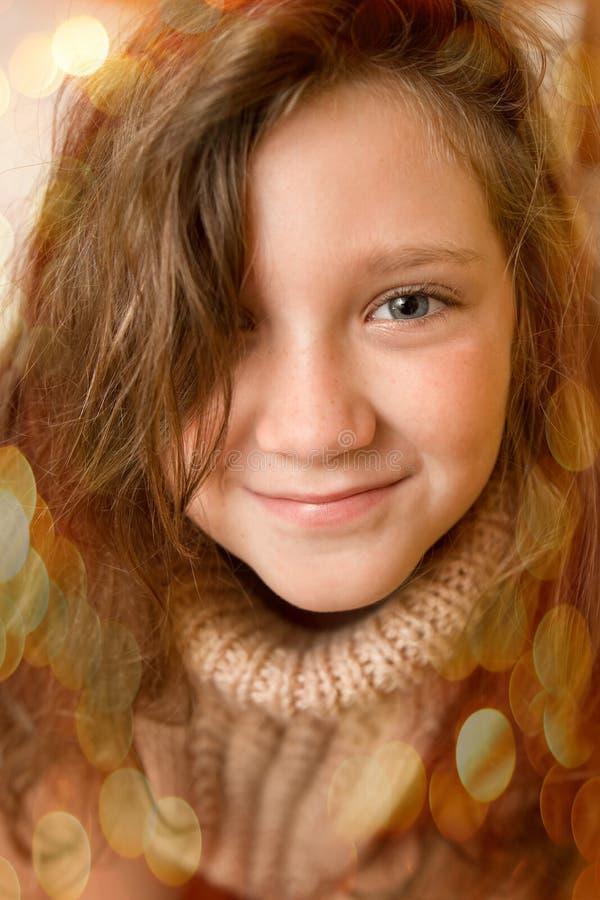 Wesoło boże narodzenia i Szczęśliwy wakacje pojęcie Śliczna mała dziewczynka wewnątrz fotografia stock
