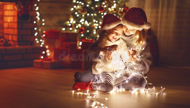 Wesoło boże narodzenia! matki i dziecka córka z rozjarzoną girlandą obrazy royalty free