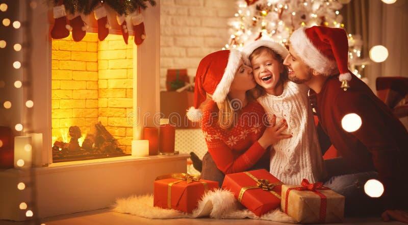 Wesoło boże narodzenia! szczęśliwy rodziny matki ojciec i dziecko z prezentami zdjęcia stock
