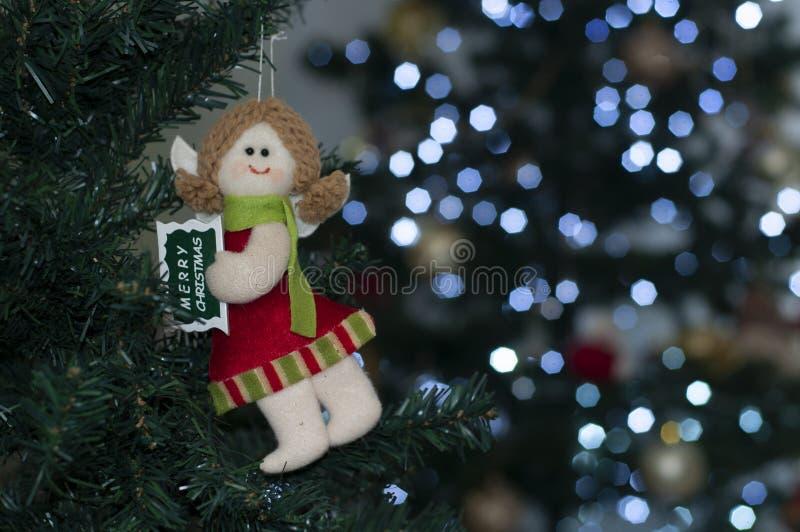 Wesoło bożych narodzeń anioł na drzewie z przestrzenią pisać Bożenarodzeniowej wiadomości zdjęcia stock