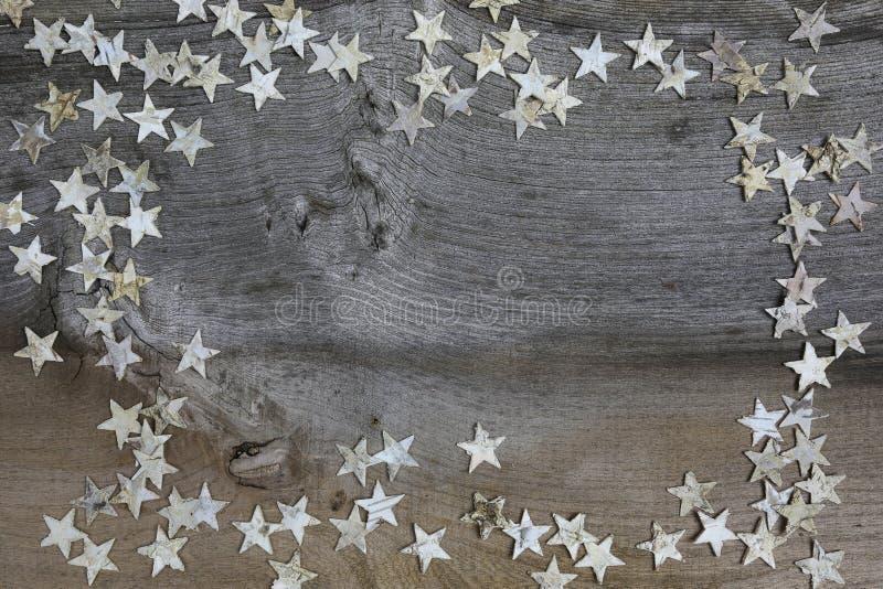 Wesoło bożych narodzeń dekoraci brzozy drewna gwiazdy Na Nieociosanym wiązu drewnie fotografia stock