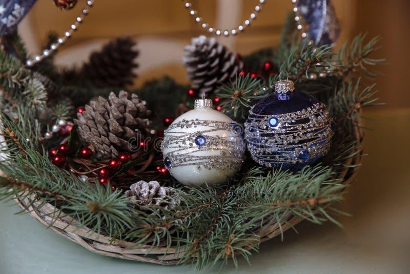 Wesoło bożych narodzeń i nowego roku dekoracje, piłki, girlandy, sosna rożek w koszu Pojęcie wakacje zdjęcie royalty free