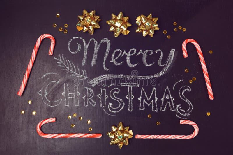 Wesoło bożych narodzeń kartka z pozdrowieniami projekt z chalkboard cukierku i literowania trzcinami na widok zdjęcie royalty free
