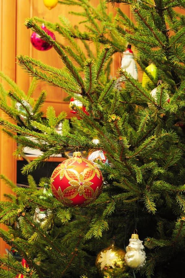 Wesoło bożych narodzeń Kolorowe piłki na wiecznozielonym drzewie jako wakacje tło Roczników bożych narodzeń dekoracja fotografia stock