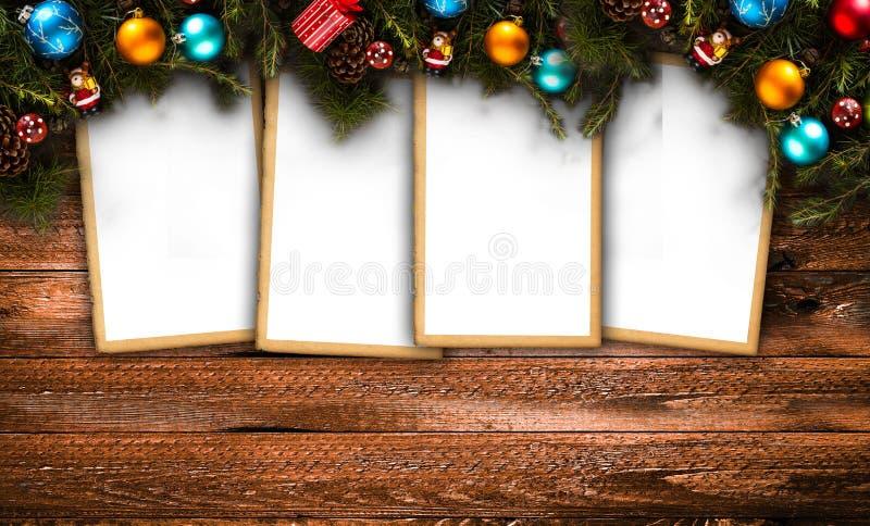 Wesoło bożych narodzeń rama z istną drewno zieleni sosną, kolorowymi baubles, prezenta boxe i innym sezonowym materiałem nad star fotografia royalty free