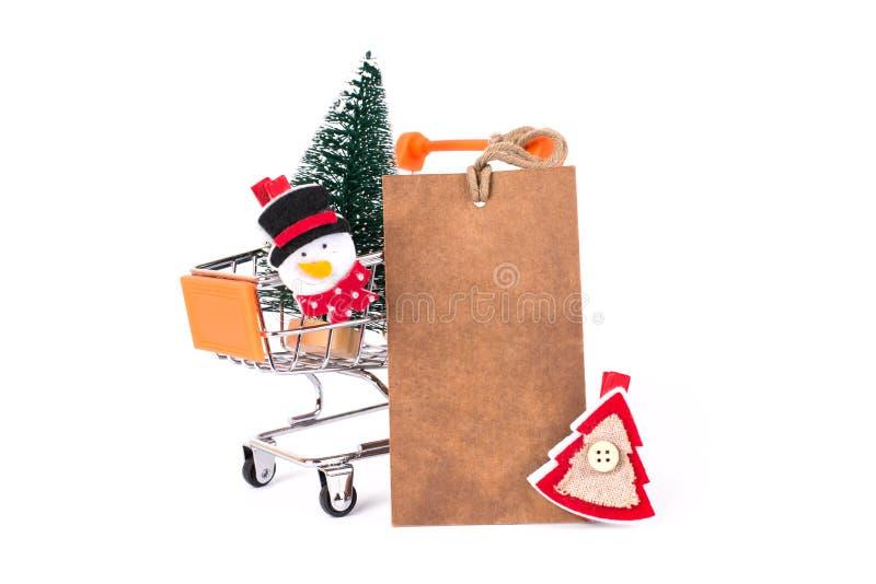 Wesoło bożych narodzeń wakacje! Zamyka w górę fotografii zabawy Santa bałwanu śmieszna ostra czerwień i zielenieje drzewa wśrodku zdjęcia stock