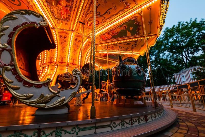 Wesoło iść round carousel przy nocą fotografia stock