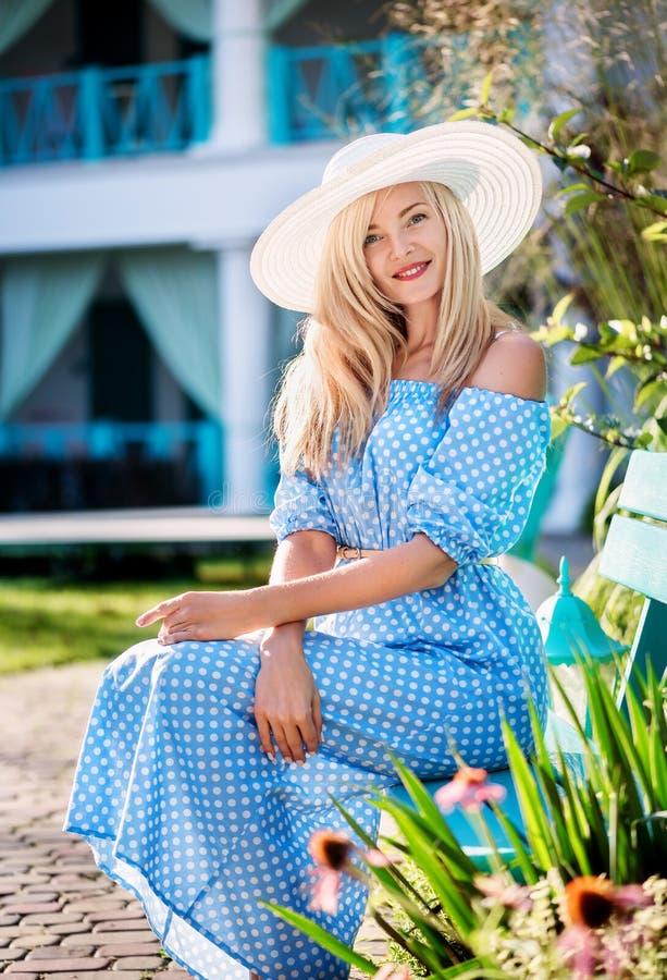 Wesoło piękna rozochocona młoda Kaukaska kobieta fotografia stock