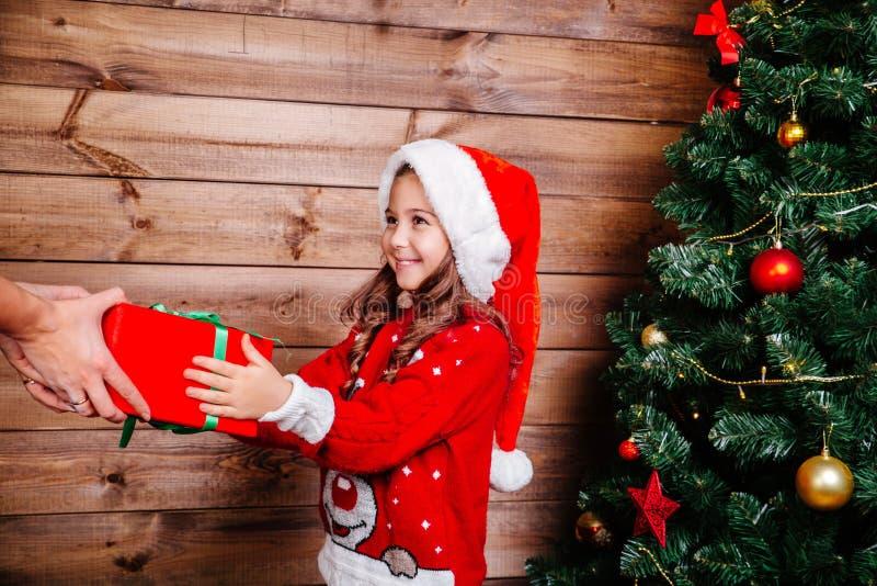 wesoło szczęśliwi Boże Narodzenie wakacje Mama i jej śliczna córki dziewczyna wymienia prezenty w domu zdjęcia stock