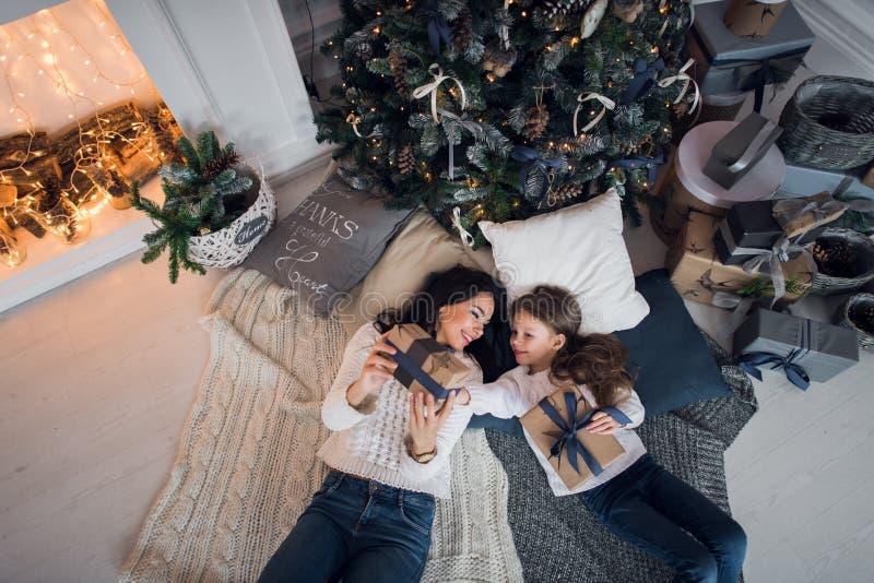 wesoło szczęśliwi Boże Narodzenie wakacje Rozochocona mama i jej śliczna córki dziewczyna wymienia prezenty Rodzic i małe dziecko zdjęcie stock