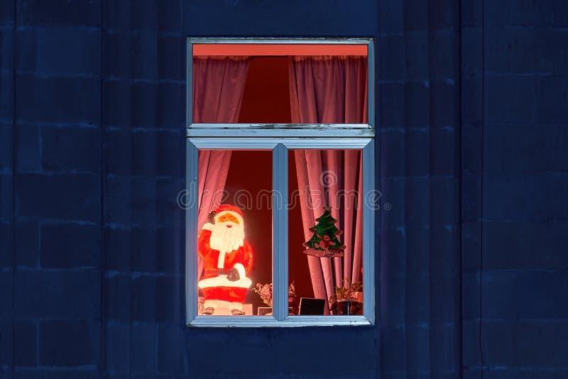 Wesoły świecący Święty Mikołaj w przytulnym oknie w Wigilię Bożego Narodzenia zdjęcia royalty free