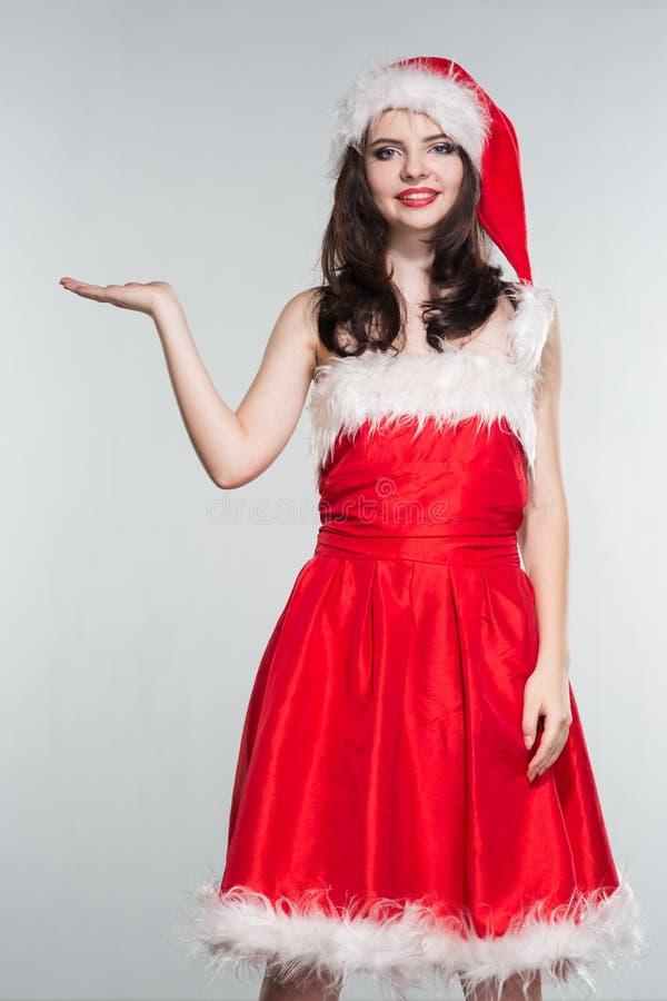 wesołych Świąt Piękna młoda kobieta w czerwonym Mrs Claus costu obraz stock