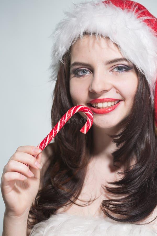 wesołych Świąt Piękna młoda kobieta w czerwonym Mrs Claus costu fotografia royalty free