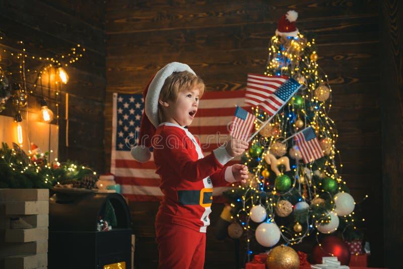 Wesołych Świąt w Ameryce Świąteczne dziecko z flagami USA Boże Narodzenie w Stanach Zjednoczonych fotografia stock
