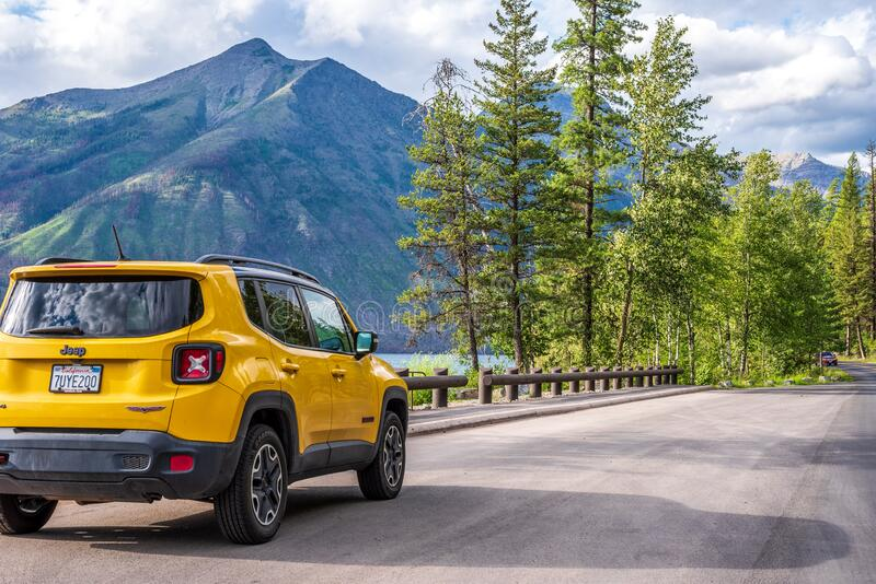 West Glacier, Montana/USA - 18 de julio de 2019: Jeep amarillo estacionado a lo largo de la carretera Going to the Sun en el Parq imágenes de archivo libres de regalías