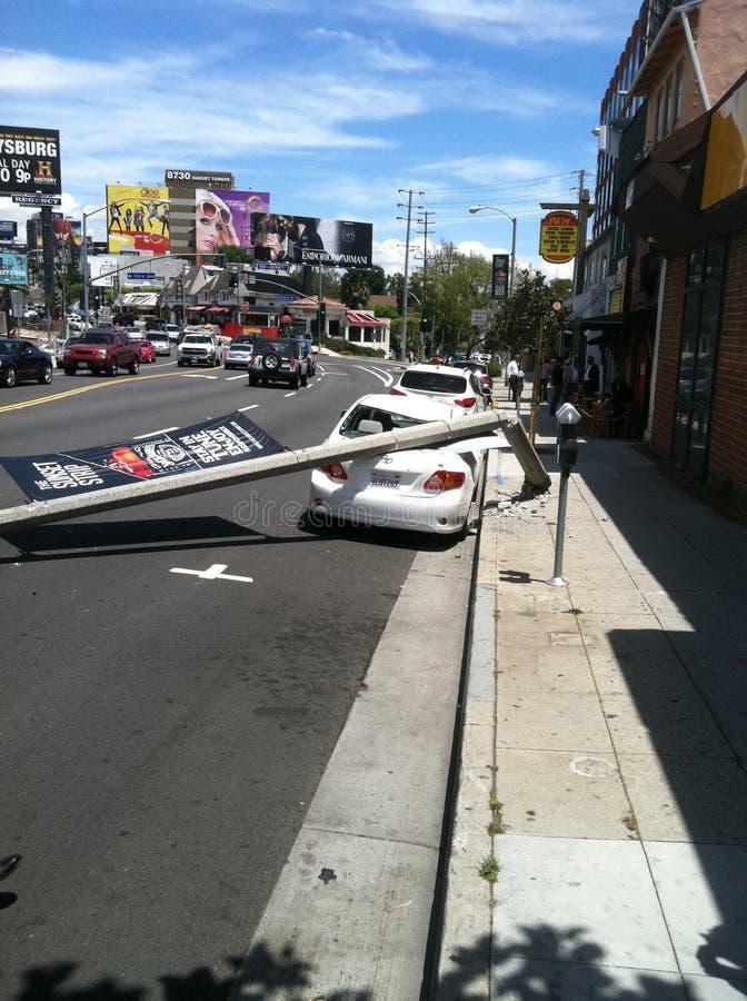 West Hollywood CA/F?renta staterna - Maj 6, 2011: Den vita bilen sl?r den ljusa polen p? gatasolnedg?ngBlvd , West Hollywood med  arkivbilder