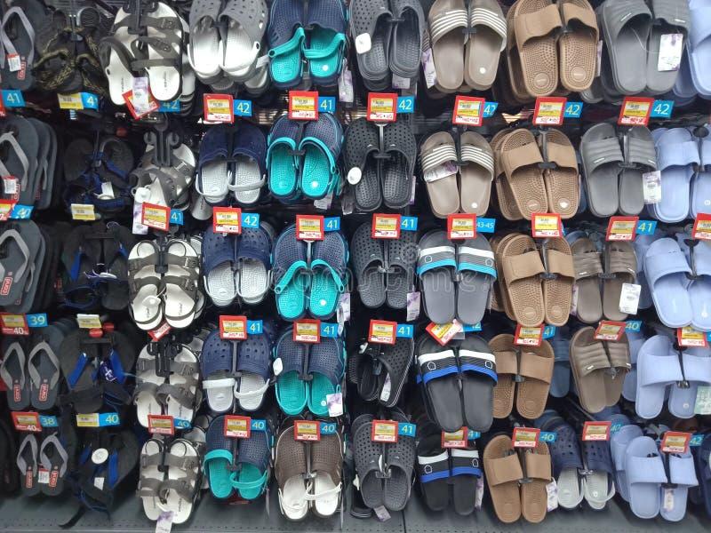 West-Kalimantan, Indonesien am 26. Mai 2019 Markt Ayani Megamall anstelle der verschiedenen Arten von Sandalen, Pontianak, Indone lizenzfreie stockfotos