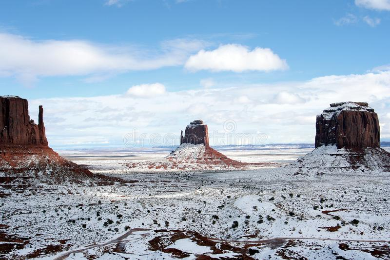 West Mitten Butte, East Mitten Butte en Merrick Butte na sneeuwval, Monument Valley, Arizona royalty-vrije stock fotografie