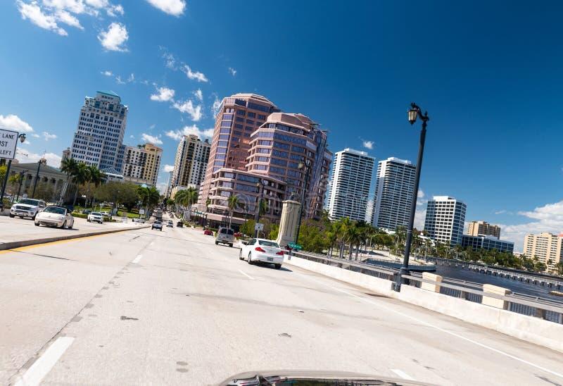 WEST PALM BEACH, FL - EM JANEIRO DE 2016: Arquitetura da cidade em um sol bonito foto de stock royalty free