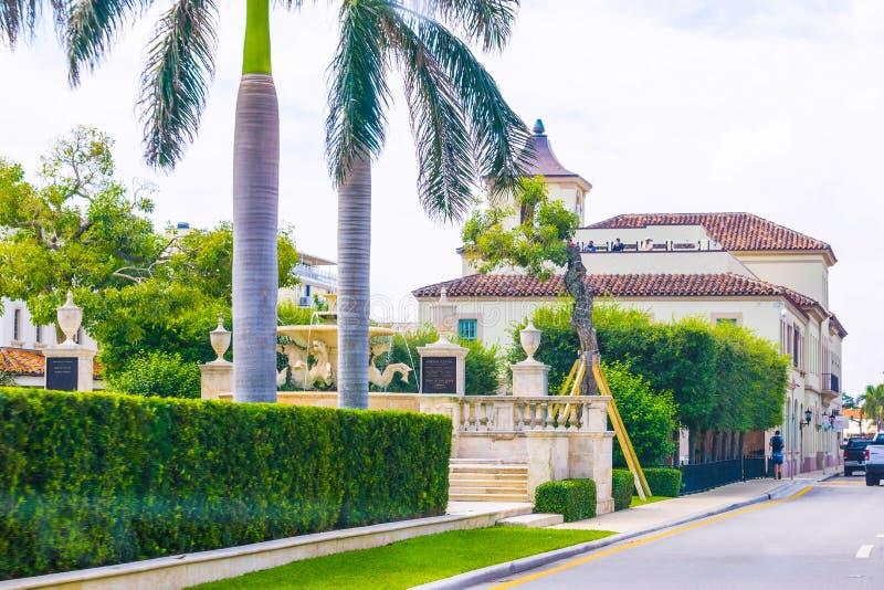 WEST PALM BEACH, Florida -7 maio de 2018: A estrada com os carros no Palm Beach, Florida, Estados Unidos imagem de stock
