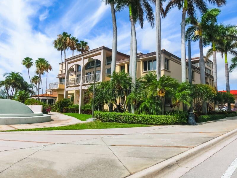 WEST PALM BEACH Florida -7 Maj 2018: Banken eller byggnad för den Sachs administrationen på Palm Beach, Florida, Förenta staterna arkivbilder