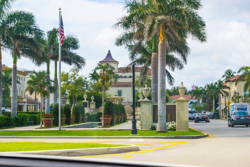 WEST PALM BEACH Florida -7 Maj 2018: Vägen med bilar på Palm Beach, Florida, Förenta staterna royaltyfria bilder