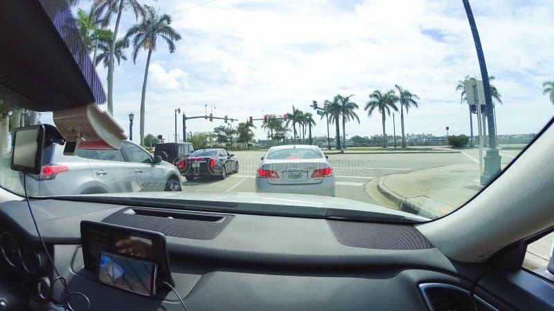 WEST PALM BEACH Florida -7 Maj 2018: Vägen med bilar på Palm Beach, Florida, Förenta staterna fotografering för bildbyråer
