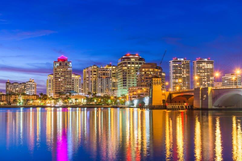 West Palm Beach Florida, USA horisont på den Intracoastal vattenvägen royaltyfria bilder