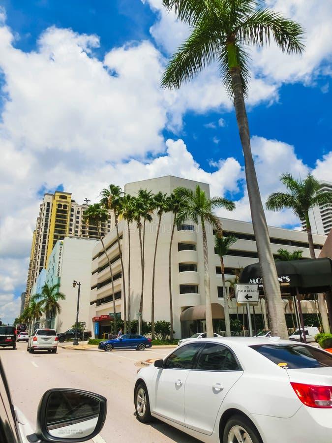 WEST PALM BEACH, la Florida -7 mayo de 2018: El camino con los coches en el Palm Beach, la Florida, Estados Unidos foto de archivo