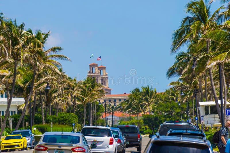 WEST PALM BEACH, la Floride -7 en mai 2018 : La route avec des voitures au Palm Beach, la Floride, Etats-Unis photos libres de droits