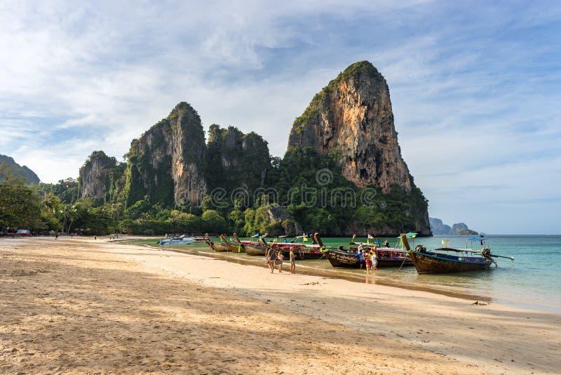 West Railay Beach, Krabi Province, Thailand - 18 januari 2019: Toeristen landen 's morgens van een Thaise boot met lange staart o royalty-vrije stock afbeelding