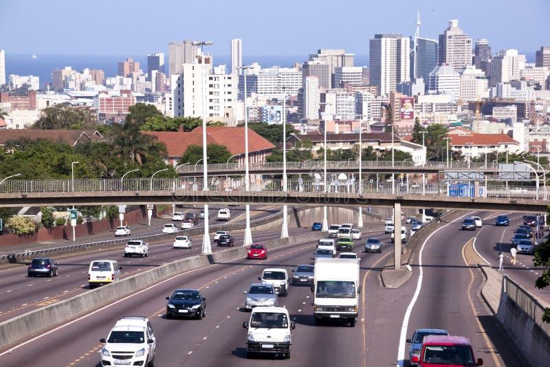 Westautobahn, die in Durban-Stadtzentrum an der Mautstelle Brid führt stockbilder