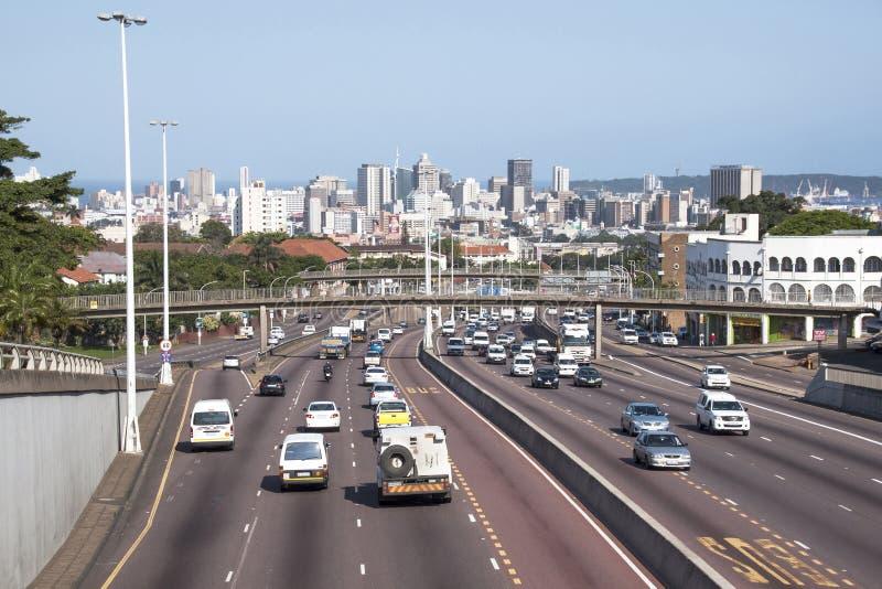 Westautobahn, die in zentrales Durban führt, wie gesehen von Tollgat lizenzfreie stockfotografie