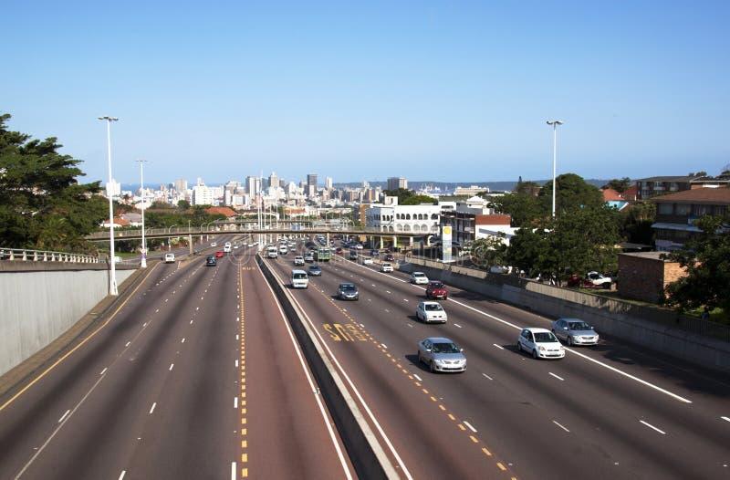 Westautobahn, die zu Durban CBD angesehen von der Mautstelle Bridg führt stockfotos