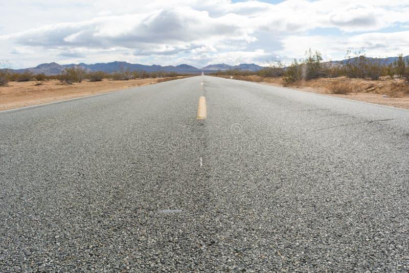Westbound droga w kalifornijczyk pustyni zdjęcia stock