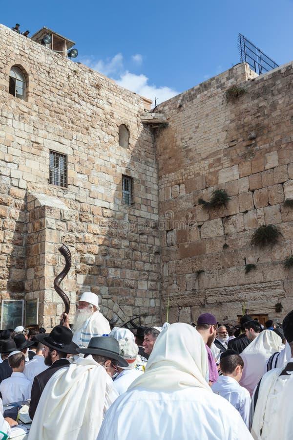 Westelijke die Muur van Tempel met mensen wordt gevuld stock fotografie