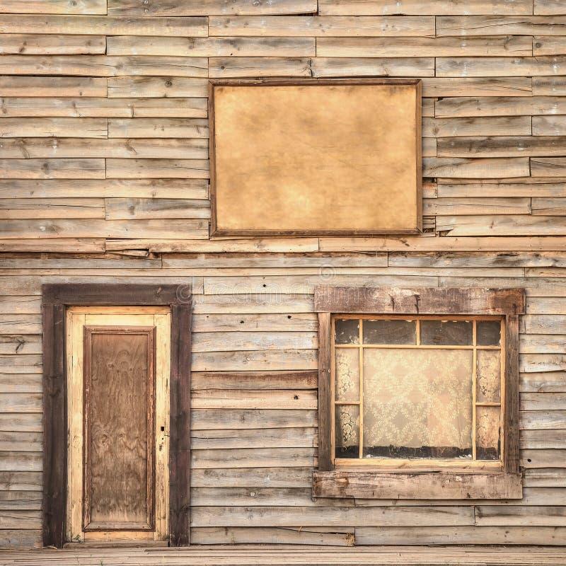 Westelijke uitstekende houten voorgevelachtergrond. Deur, venster en lege raad stock foto's