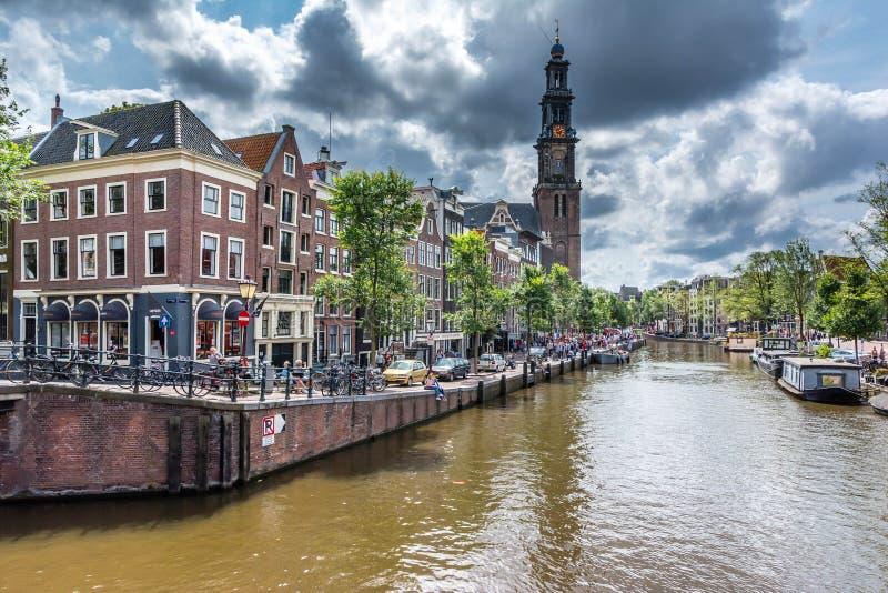 Westerkerk教会和安妮・弗兰克房子在阿姆斯特丹 免版税图库摄影