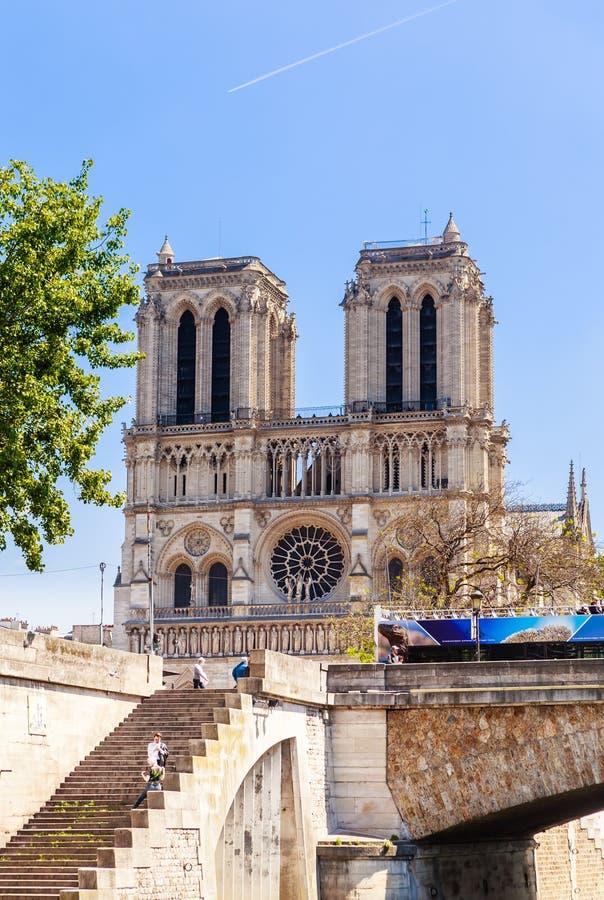 Westfassade des Kathedralen-Notre-Dame de Paris, überbrücken kleines P stockfotos
