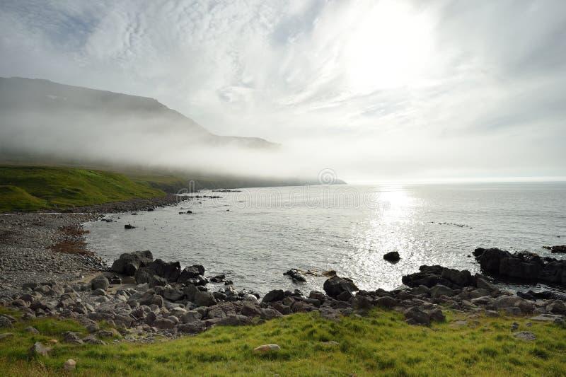 Westfjordsbergen en kust in IJsland stock foto