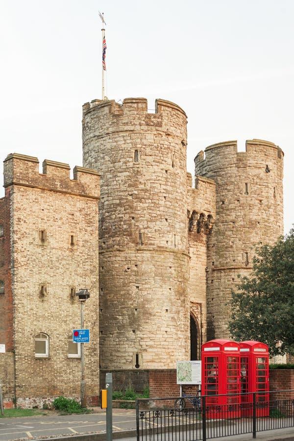 Westgate met tweelingen Britse rode telefooncel Canterbury, Kent, U royalty-vrije stock foto's